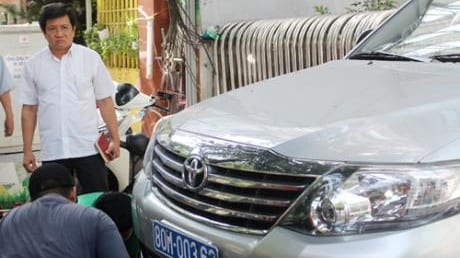 Ôtô biển xanh bị Phó chủ tịch UBND quận 1 cẩu xe về