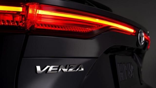 Toyota Venza 2021 động cơ hybrid giá 780 triệu đồng